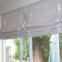 Бежевые римские шторы с белой окантовкой
