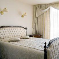 Красивый ламбрекен для спальни