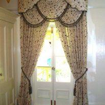 Ламбрекен со шторами на высокую дверь