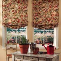 Римские шторы с красивым цветочным рисунком