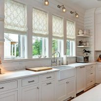 Римские шторы в кухне с узором
