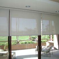 Рулонные шторы из белой ткани