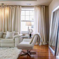Широкие шторы в гостиной