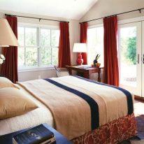 Яркие красные шторы для спальни