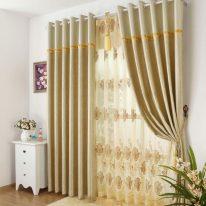 Гардини і штори на люверсах в спальні