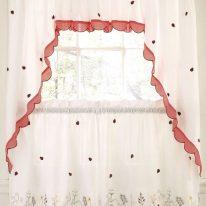 Кухонні штори в заміському стилі