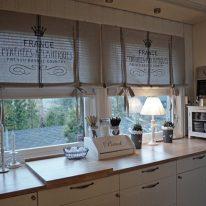 Жалюзі та рулонні штори для кухні