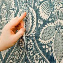 Поклейка текстильных обоев на стены